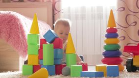 使用与积木的孩子男孩在家坐地板 在地板上的儿童游戏与教育玩具 股票录像
