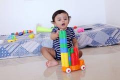 使用与玩具的可爱的男婴 免版税库存图片