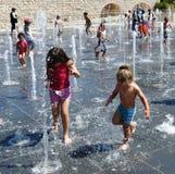 使用在一个跳舞的喷泉的孩子在女用连杉衬裤公园,耶路撒冷,以色列 图库摄影