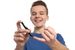 使用在白色背景的青少年的男孩柳叶刀笔 免版税库存图片