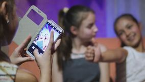 使用手机的青少年的女孩和为她的女朋友照相 股票录像