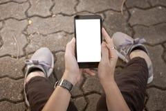 使用手机都市街道的手 免版税库存图片