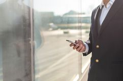 使用智能手机外部的走的商人 库存照片