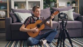 使用照相机,职业音乐家博客作者记录关于弹吉他的讲解互联网博克的 他谈话 股票视频