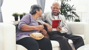 使用片剂计算机和资深妇女手工艺编织的羊毛的亚裔老人在家 股票视频