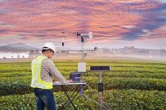 使用片剂计算机的农艺师收集数据以气象仪器测量风速、温度和湿气 库存照片
