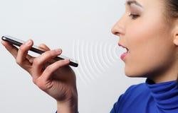 使用语音识别作用的妇女,智能手机,技术 库存照片