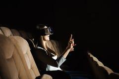 使用VR的年轻美女 3d概念 库存图片
