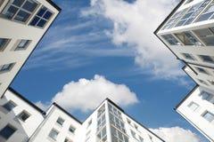 低透视的摩天大楼与天空蔚蓝和云彩 图库摄影