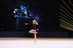 体操运动员女孩执行在节奏体操竞争 库存图片