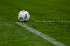 体育、足球和比赛-在橄榄球场的球 免版税库存照片