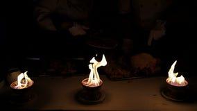 侍者切肉 通过火夺取照相机 影视素材