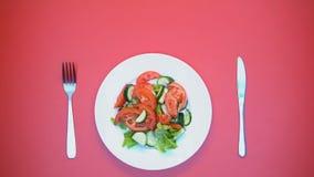 侍者服务新鲜的沙拉桌,顾客吃午餐在餐馆顶视图 股票录像