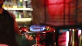 侍酒者点燃在夜酒吧的小煤气炉 影视素材