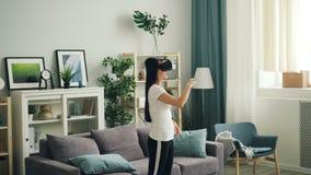 便衣的年轻女人佩带虚拟现实的玻璃和在家站立移动的手 现代技术 股票视频