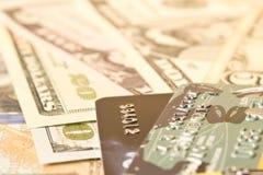 信用卡和现金美元 资助的概念 选择聚焦 免版税库存图片