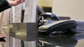 信用卡支付的特写镜头终端卡片阅读机 妇女的手通过申请卡片支付于paypass付款 股票录像