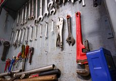 修理工业工作的设备有很多的工具柜 免版税库存图片