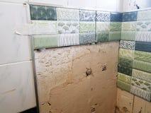 修理在卫生间和瓦片里 图库摄影