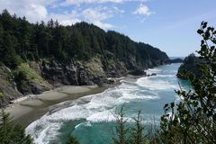 俄勒冈与天空蔚蓝的海岸海滩在海洋 免版税库存图片