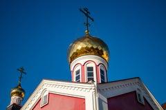 俄罗斯正教会的被镀金的圆顶与十字架的 库存照片