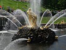 俄罗斯, Peterhof 森山喷泉-一个美丽的喷泉,站立在盛大小瀑布的脚 库存照片