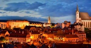 ÄŒeskà ½ Krumlov在夜之前 cesky捷克krumlov中世纪老共和国城镇视图 免版税图库摄影