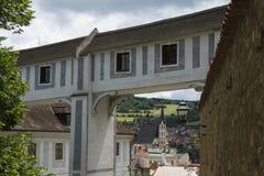 ÄŒeskà ½ Krumlov,捷克报道的走道构筑的视图  库存图片