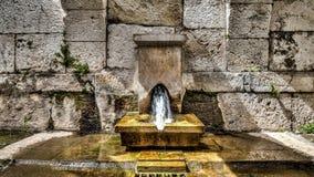 Ä°zmir,土耳其- 2013年3月31日:从Smyrna的一个喷泉,古希腊市位于安纳托利亚爱琴海海岸  库存照片