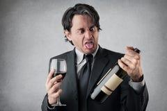 Äcklad affärsman med ett exponeringsglas av vin Arkivfoton