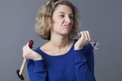 Äcklad 20-talkvinna som borras på mekanikerslöjd eller DIY Arkivfoton