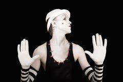 Äffen Sie Pantomimen in gestreiften Handschuhen und im weißen Hut nach Stockfotografie
