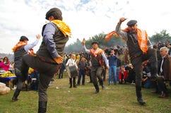 Ägäische Volkstanzgruppe, die am Kamelwringen carnaval durchführt lizenzfreie stockfotografie