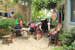 Ägäischer Bereich - Tenedos-Insel, die Schauspieler und die Kostüme eines Liebesgeschichteletztbuchstabefilms stockfotos