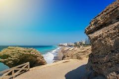 Ägäischer Strand mit Sonnenschutz in der Stadt von Rhodes Rhodes, Griechenland Stockfotografie