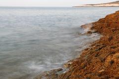 Ägäisches Ufer in Griechenland-, Thassos-Insel - Wellen und Felsen Lizenzfreies Stockfoto