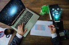 äganderätt för home tangent för affärsidé som guld- ner skyen till Affärsman som arbetar den generiska designbärbara datorn Tou royaltyfri fotografi