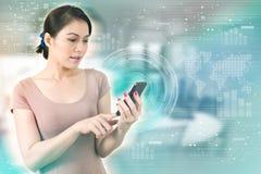 äganderätt för home tangent för affärsidé som guld- ner skyen till Smartphone för rörande skärm för Asien affärskvinna Royaltyfria Bilder