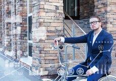 äganderätt för home tangent för affärsidé som guld- ner skyen till Ung man som rullar hans cykel Royaltyfri Foto