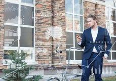 äganderätt för home tangent för affärsidé som guld- ner skyen till Ung man som rullar hans cykel Fotografering för Bildbyråer