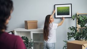 Ägare för nytt hus flicka och grabb som väljer stället för bilden som talar och gör en gest lager videofilmer