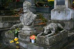 Ägaren och hans hundkapplöpningför evigt, kyrkogård i Lviv - Ukraina Arkivbilder
