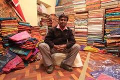 ägaren shoppar textilen Fotografering för Bildbyråer