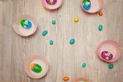 Ägg är uppsättningrundan på en ljus bakgrund lantligt trä för bakgrund Uppsättning av realistiska ägg på bakgrund Påsksamling Fotografering för Bildbyråer