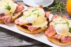 Ägg benedict med bacon royaltyfria foton