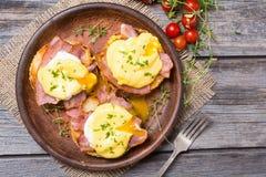 Ägg benedict med bacon arkivbilder