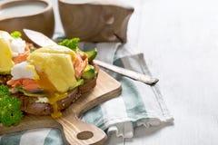 Ägg benedict med laxbakgrund Fotografering för Bildbyråer