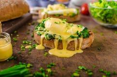 Ägg benedict med spenat Arkivbilder