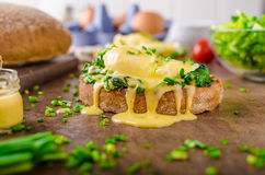 Ägg benedict med spenat Arkivfoto