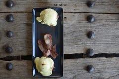 Ägg Benedict och bacon Arkivfoton